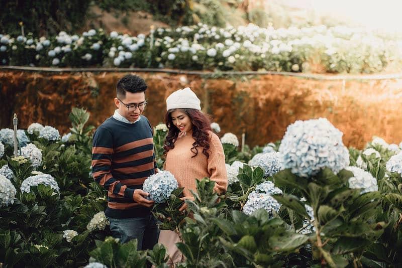 Mặc áo len couple có gam màu tương đồng