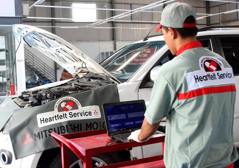 Kiểm tra lọc nhớt là một trong những khâu đầu tiên của quá trình bảo dưỡng xe Mitsubishi